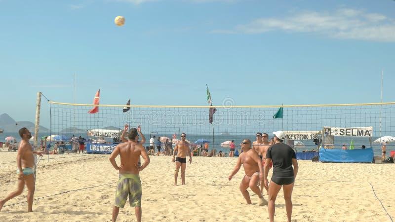 RIO DE JANEIRO, EL BRASIL 26, MAYO DE 2016: tirado de un punto que es jugado en un partido de balonvolea en la playa del copacaba fotografía de archivo libre de regalías