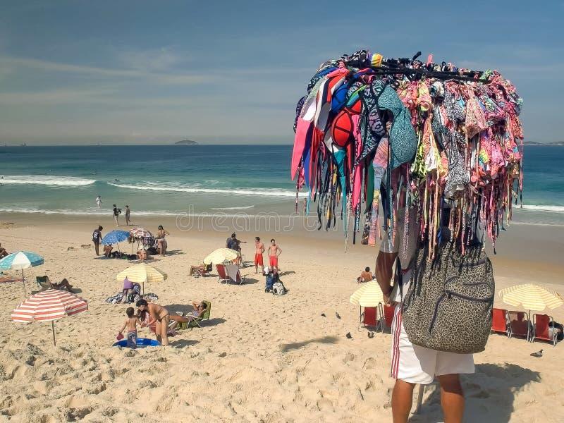 RIO DE JANEIRO, EL BRASIL 27, MAYO DE 2016: vendedor del bikini en el ipanema en Río de Janeiro imagenes de archivo