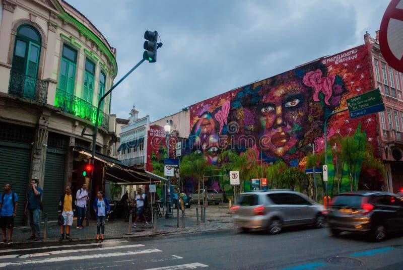 RIO DE JANEIRO, EL BRASIL: Pintada hermosa en la pared de una mujer en el centro de ciudad en Rio de Janeiro imagenes de archivo