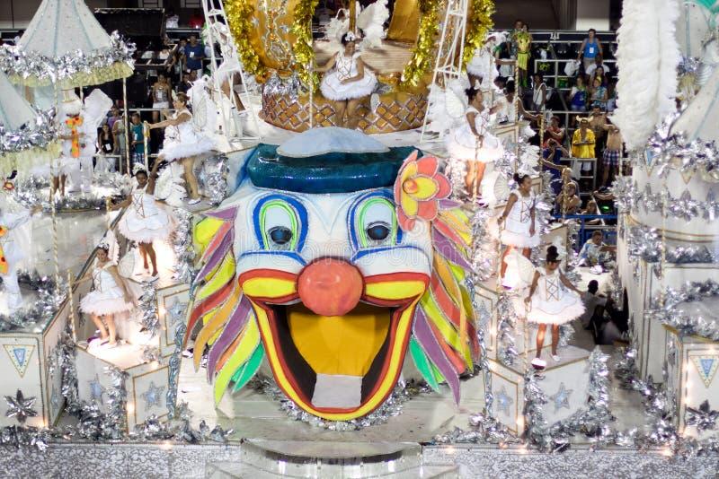 RIO DE JANEIRO - 10 FEBBRAIO: Mostri con le decorazioni sul carnevale fotografie stock