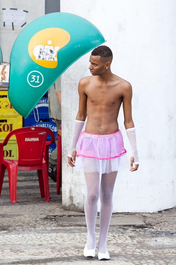 RIO DE JANEIRO - 9. FEBRUAR: Ein junger Mann in einer Klage während des carniv stockfotografie