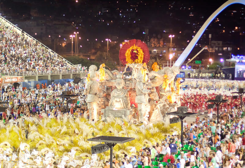 RIO DE JANEIRO - 11. FEBRUAR: Stellen Sie mit Dekorationen auf Karneval dar stockfotos