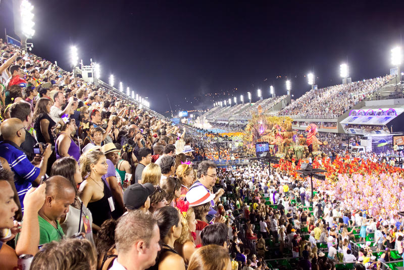 RIO DE JANEIRO - 11. FEBRUAR: Zuschauer begrüßen Teilnehmer an stockfotografie
