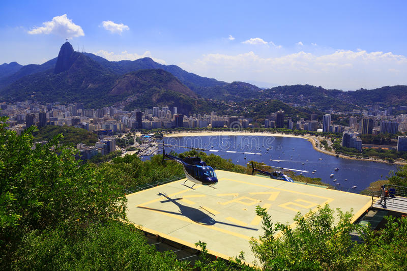RIO DE JANEIRO - FEBRUARI 26: Helikopterland op helihaven van Sug royalty-vrije stock afbeeldingen