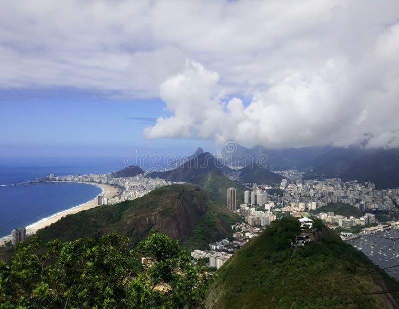 Rio de Janeiro från Sugarloafen Botagofo, Copacabana, Ipanema och Guanabara fotografering för bildbyråer
