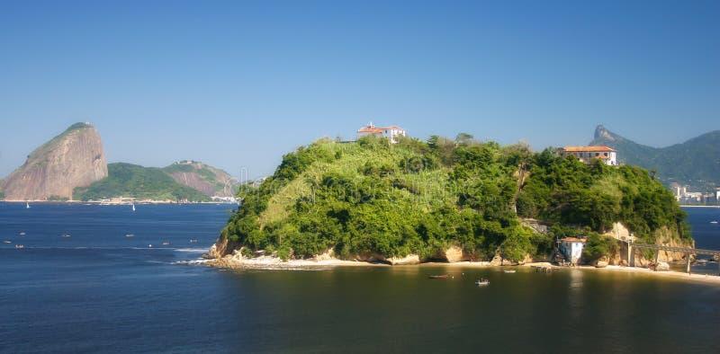 Rio de Janeiro gesehen von Niteroi, Brasilien lizenzfreies stockbild
