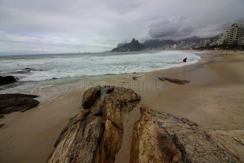 Rio de Janeiro heeft ruwe overzees op een katerdag stock fotografie