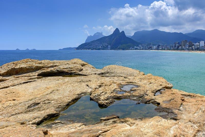 Rio de Janeiro, Ipanema-strand, Gavea-steen en Twee Broersheuvel stock afbeelding
