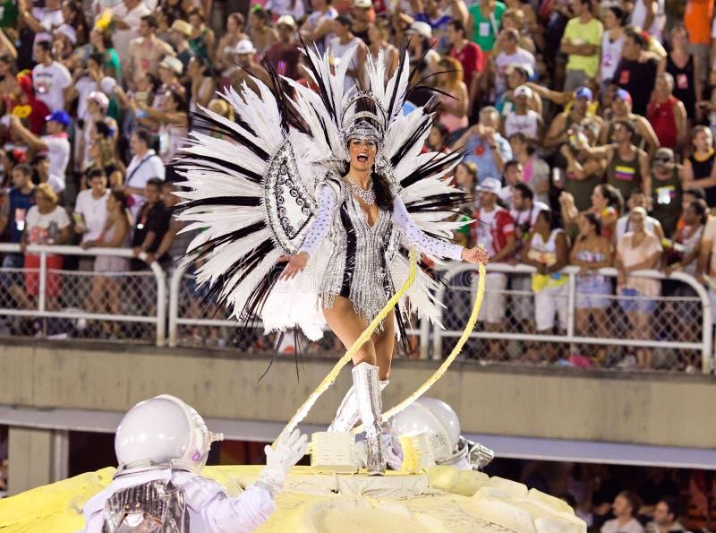 RIO DE JANEIRO, LUTY 11 -: Samba tancerz w kostiumowym śpiewie fotografia stock