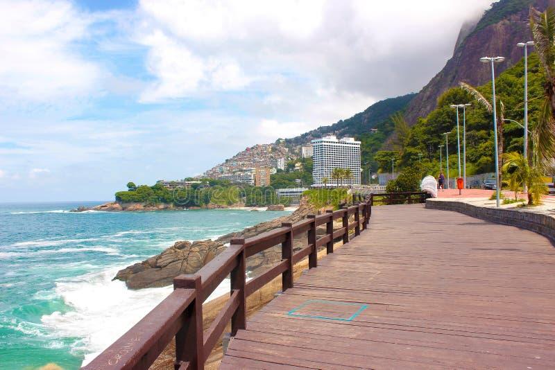 Rio de Janeiro: Panoramautsikt av den Vidigal grannskapen och favelaen arkivbilder