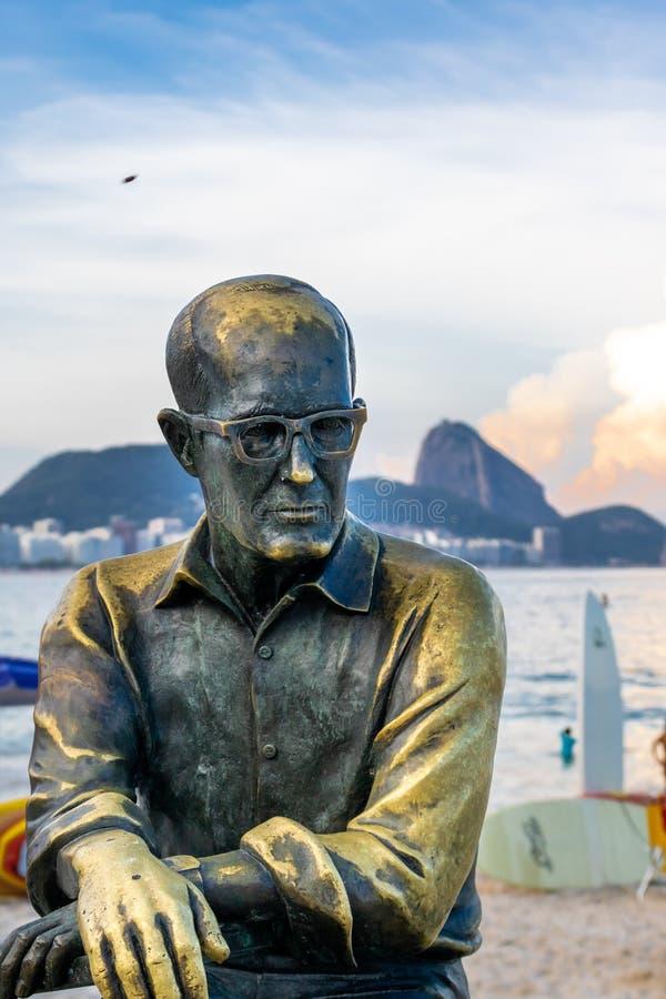 Rio de Janeiro, RJ/el Brasil - 02 23 2019: Amanecer en la playa de Copacabana delante del tua del ¡del està de la estatua de Drum fotografía de archivo