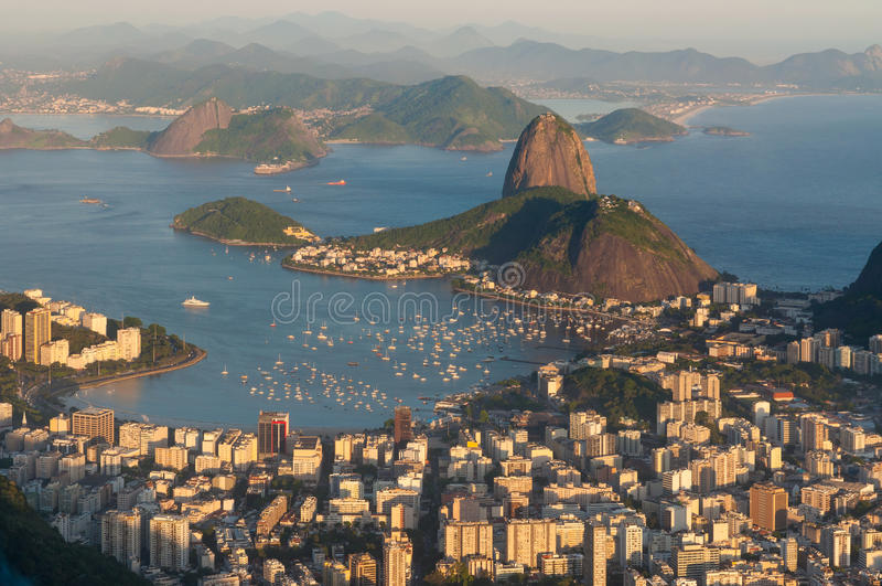 Rio de Janeiro Skyline met Sugarloaf-Berg bij Zonsondergang royalty-vrije stock foto