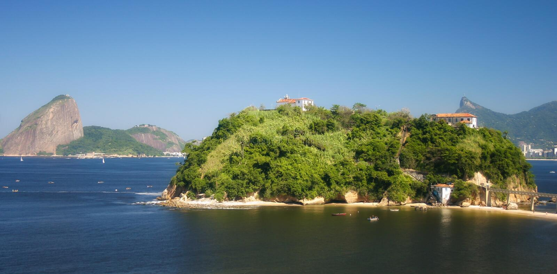 Rio de Janeiro som ses från Niteroi, Brasilien royaltyfri bild