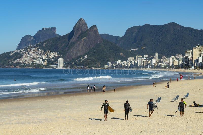 Rio de Janeiro-Stadt, Rio de Janeiro-Zustand/Brasilien Südamerika - 08/29/2018 wunderbarer Strand Ipanema, Surfer und ihre Brette lizenzfreie stockbilder
