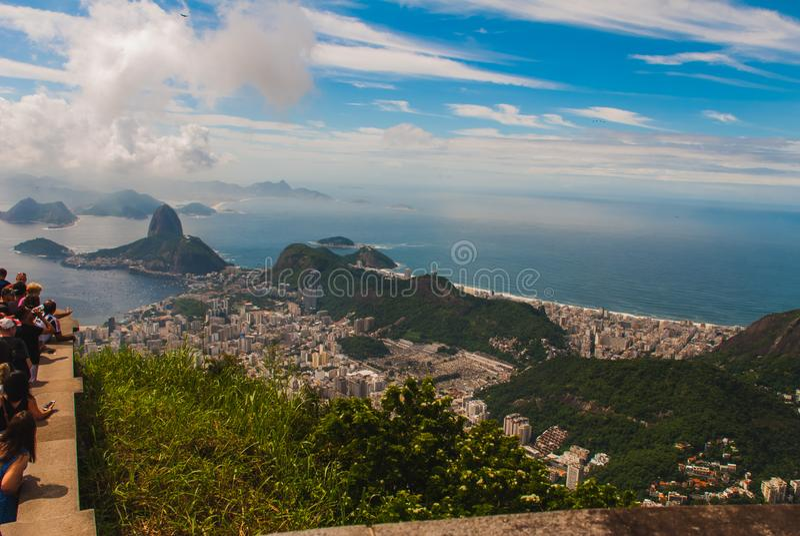Rio de Janeiro Sugar Loaf, Brasilien: Berg som liknar inverterad tratt bak den Urca kullen Turist- plats i den tidigare huvudstad arkivbild