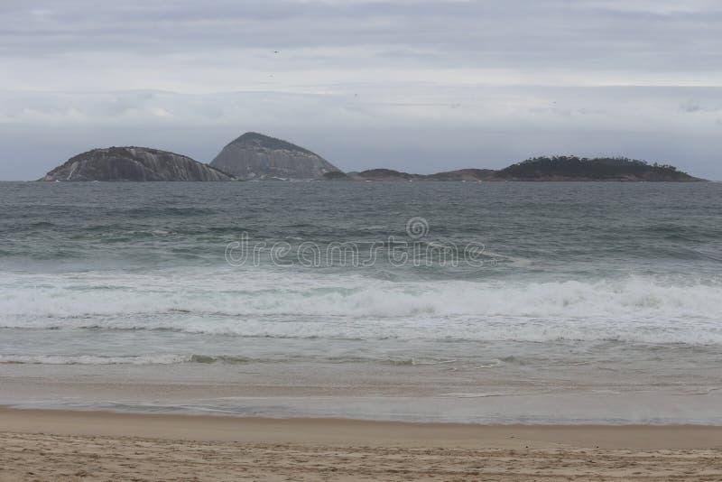 Rio de janeiro tem mares ásperos em um dia da manutenção fotos de stock royalty free
