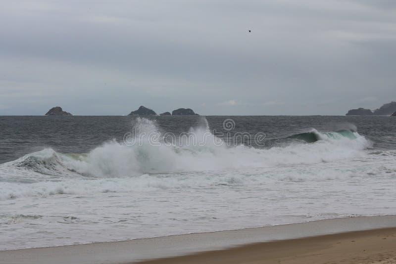 Rio de janeiro tem mares ásperos em um dia da manutenção foto de stock royalty free