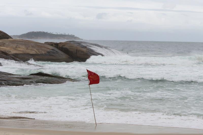 Rio de janeiro tem mares ásperos em um dia da manutenção imagens de stock royalty free