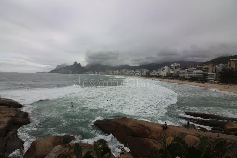 Rio de janeiro tem mares ásperos em um dia da manutenção foto de stock