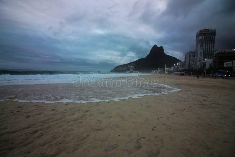 Rio de janeiro tem mares ásperos em um dia da manutenção fotografia de stock royalty free