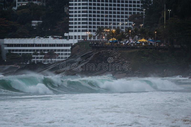 Rio de janeiro tem mares ásperos em um dia da manutenção fotos de stock