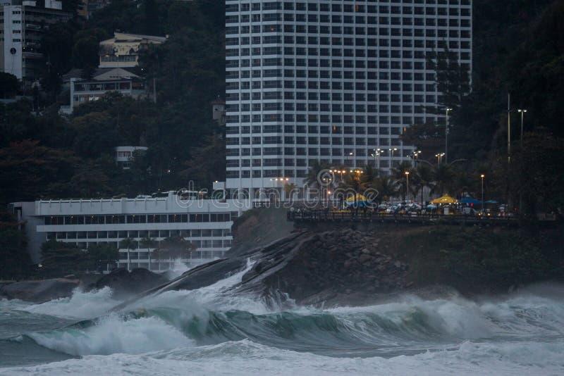 Rio de janeiro tem mares ásperos em um dia da manutenção imagem de stock