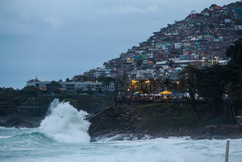 Rio de janeiro tem mares ásperos em um dia da manutenção imagem de stock royalty free