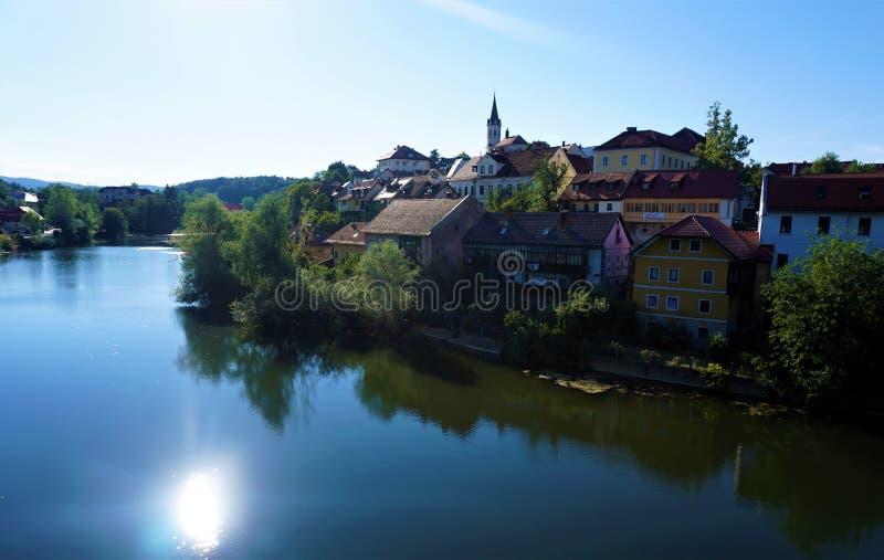 Rio de Krka e a cidade de Novo Mesto imagens de stock royalty free