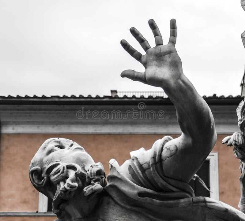 Una estatua grande en una fuente romana foto de archivo