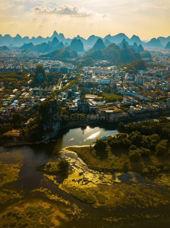 Rio de Li e montanhas impressionantes do cársico em Guilin China foto de stock royalty free