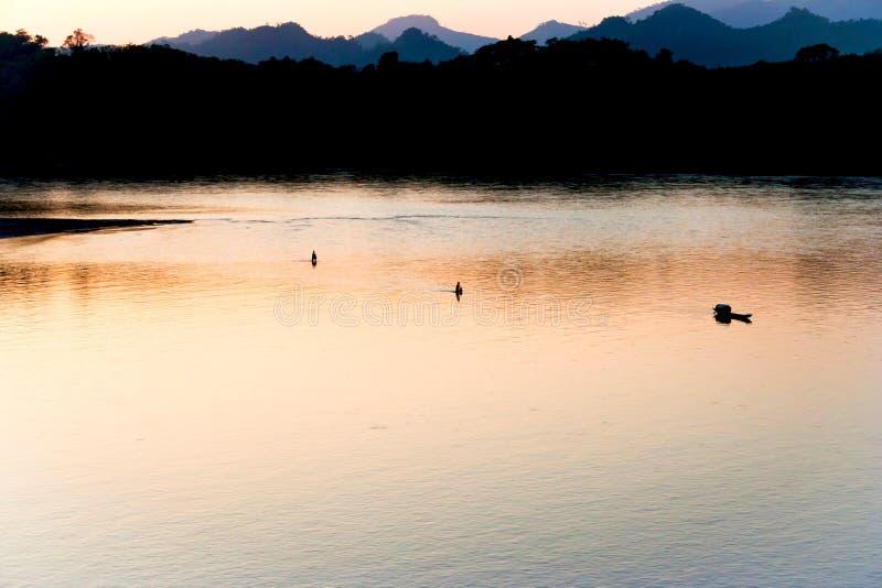 Rio de Mekong de surpresa no por do sol imagens de stock