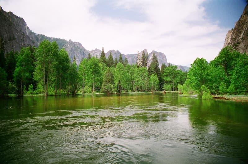Rio de Merced no parque nacional de Yosemite foto de stock