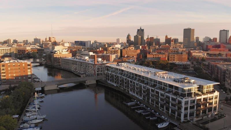 Rio de Milwaukee na baixa, distritos do porto de Milwaukee, Wisconsin, Estados Unidos Bens imobiliários, condomínios na baixa Sil foto de stock