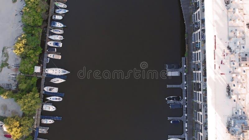 Rio de Milwaukee na baixa, distritos do porto de Milwaukee, Wisconsin, Estados Unidos Bens imobiliários, condomínios na baixa Sil imagens de stock royalty free