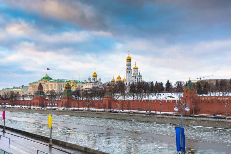 Rio de Moscou e terraplenagem do Kremlin no inverno fotos de stock royalty free