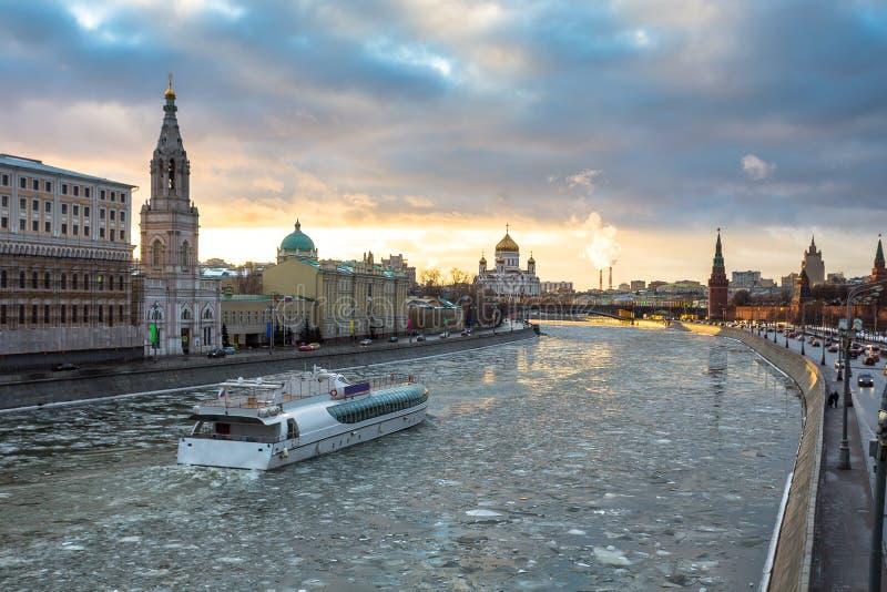 Rio de Moscou e terraplenagem do Kremlin no inverno imagens de stock
