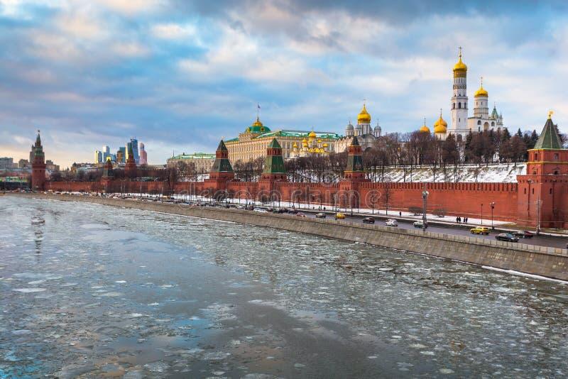 Rio de Moscou e terraplenagem do Kremlin no inverno imagem de stock royalty free