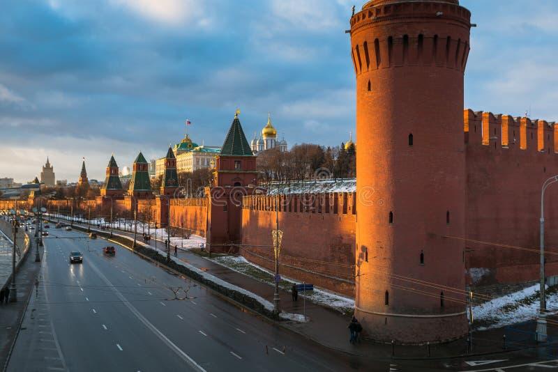 Rio de Moscou e terraplenagem do Kremlin no inverno imagem de stock