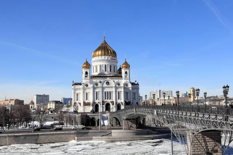 Rio de Moscou, patriarcado patriarcal e a catedral de Cristo o salvador em março imagens de stock royalty free