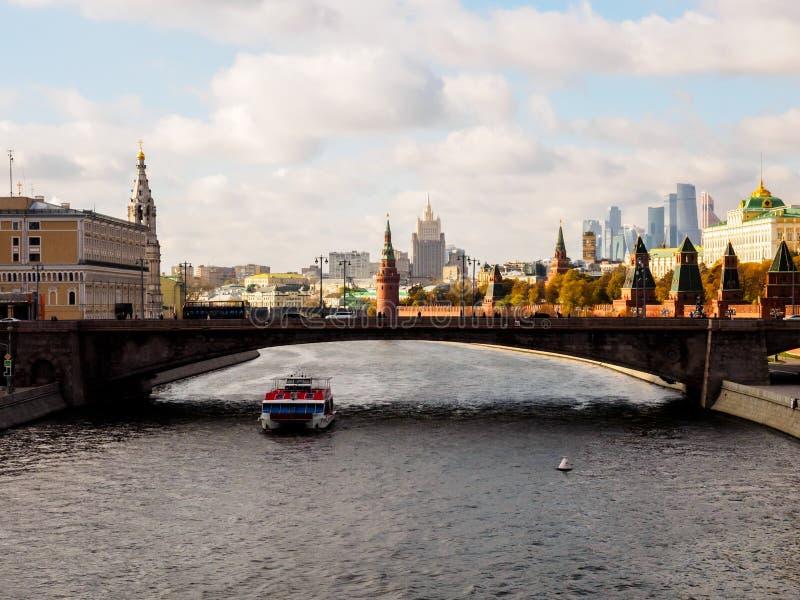 Rio de Moscou perto do quadrado vermelho e do Kremlin R?ssia, Moscovo foto de stock royalty free