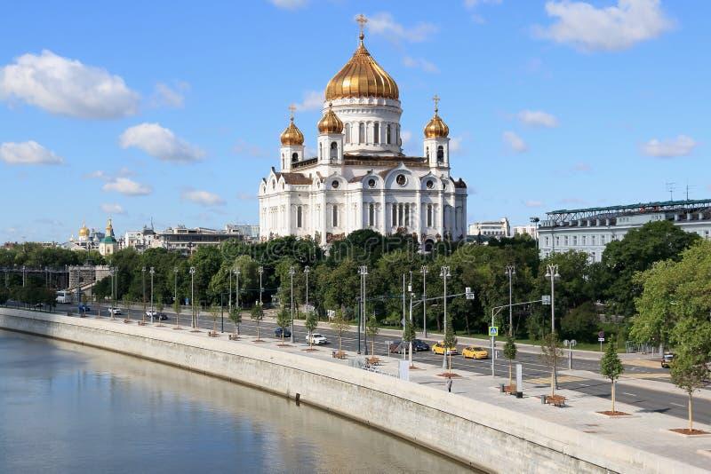 Rio de Moscou, terraplenagem de Prechistenskaya e a catedral de Cristo o salvador imagens de stock