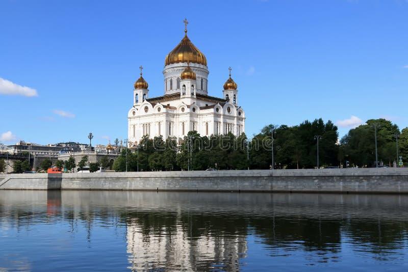 Rio de Moscou, terraplenagem de Prechistenskaya e a catedral de Cristo o salvador em Moscou fotos de stock royalty free