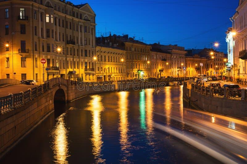 Rio de Moyka em St Petersburg, Rússia na noite fotografia de stock