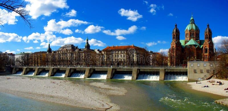 Rio de Munich - de Isar e igreja do St. Lukas fotos de stock royalty free