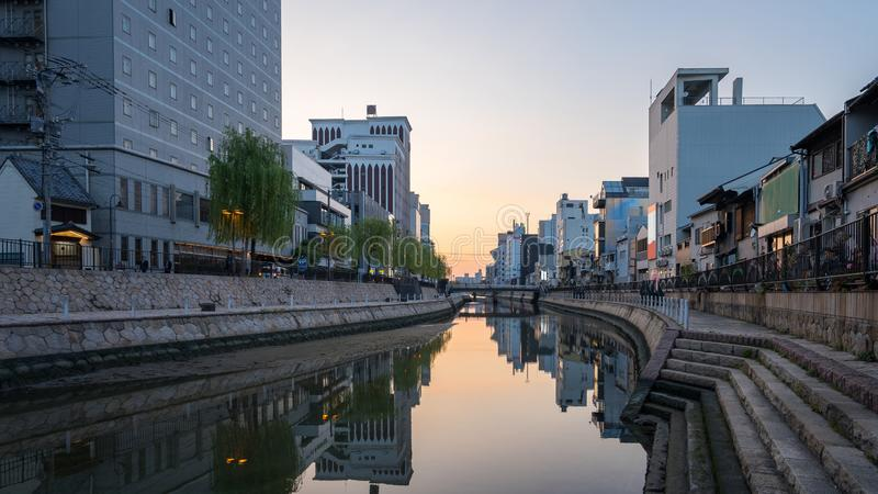 Rio de Naka com skyline da cidade de Hakata em Fukuoka, Japão fotografia de stock royalty free