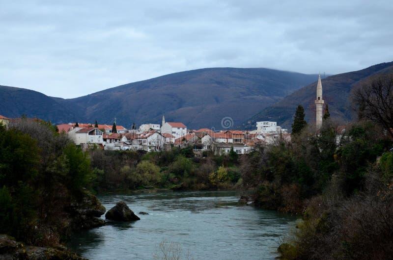 Rio de Neretva e cidade e montes de Mostar com minarete Bósnia - Herzegovina da mesquita imagens de stock royalty free