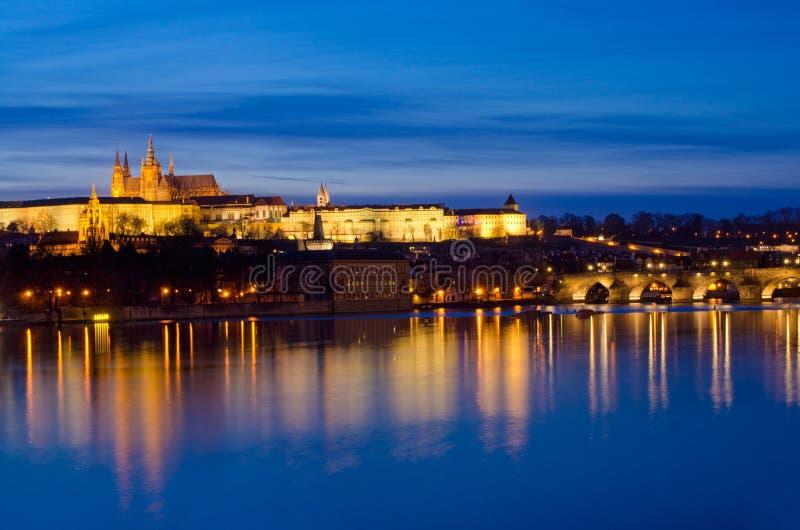 Rio de Nifht Vltava, ponte de Charles, castelo de Praga fotos de stock