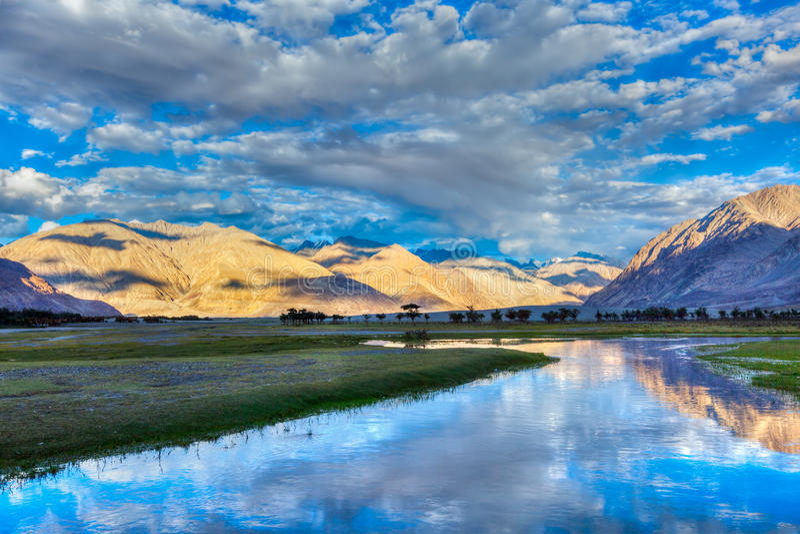 Rio de Nubra no vale de Nubra nos Himalayas fotografia de stock
