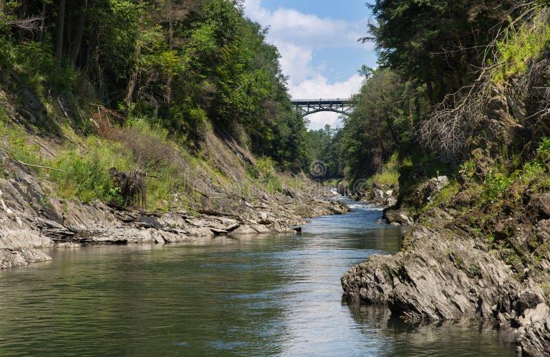 Rio de Ottauquechee que corre através do desfiladeiro de Quechee fotografia de stock