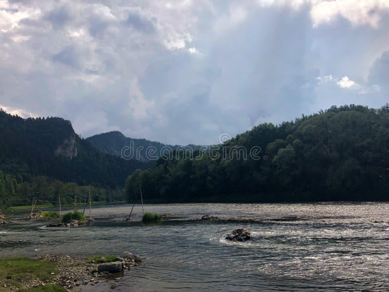 Rio de Poprad, rio do Pol?nia de Muszyna na montanha imagem de stock